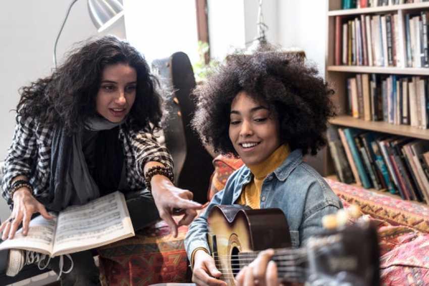 لا يُشترط أن تبدأ في سنٍّ مبكرة كي تصبح موسيقيًّا عظيمًا: دراسةٌ جديدةٌ تدحض الفكرة القائلة بأن ثمة فترةً حاسمةً للتعلم في مرحلة الطفولة